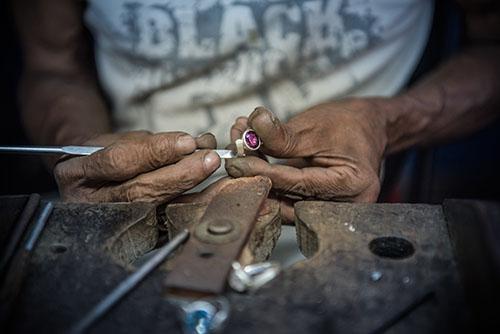 Herstellung von indischen Schmuck Indien-Schmuckkunst